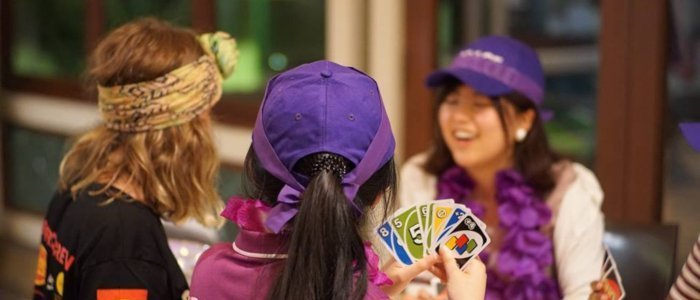 Red Frogs schoolies playing uno